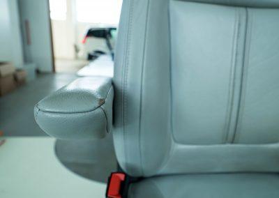 Kožená sedačka před renovací