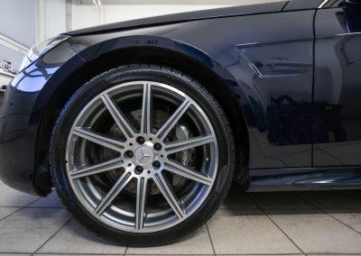 Mytí pneumatik a disků u vozu Mercedes-Benz E212 AMG