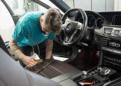 čištění kožených prvků v interiéru MB E212 AMG