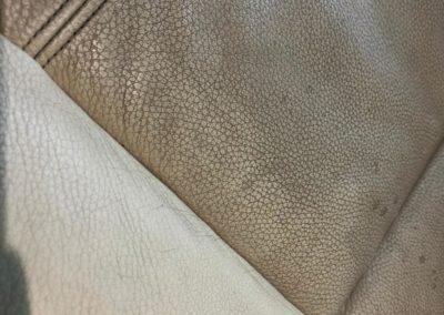 velmi znečištěná a zašlá kůže na sedačce